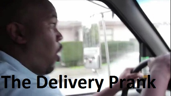 img-azzhole-friends-do-delivery-prank-687