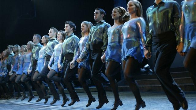 Riverdance- ирландский супер балет. Послушайте и посмотрите на настоящую чечетку.