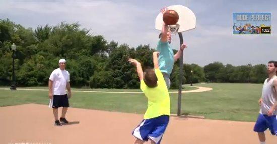 Уличный баскетбол. Хитрости и грязности в прикольном видео.