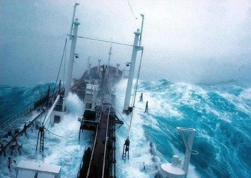 Корабли во время шторма. Видео