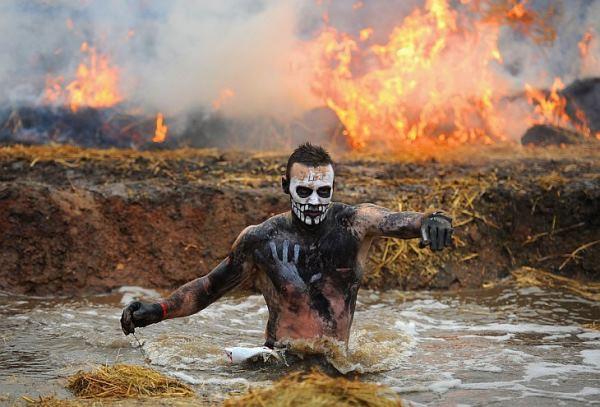 Running the Tough Mudder с видом от первого лица. Популярный вид забега в Англии с участием Беара Гриллза.