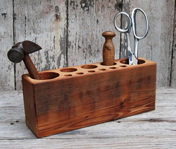 Крутая деревянная подставка для хранения инструментов.