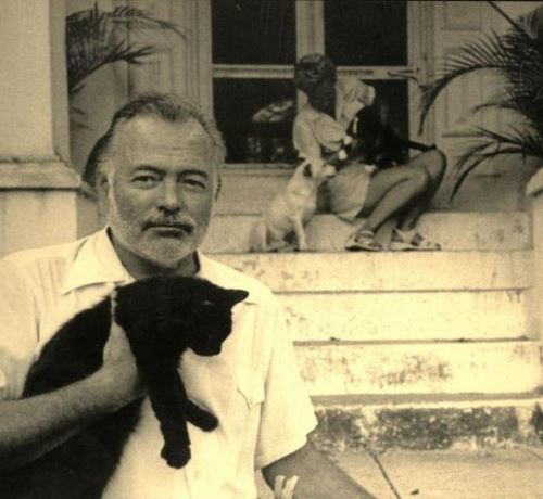 Эрнест Хемингуэй покончил с собой из-за мании преследования. Многие говорили о его паранойи, но спустя годы вскрылись интересные факты жизни писателя.