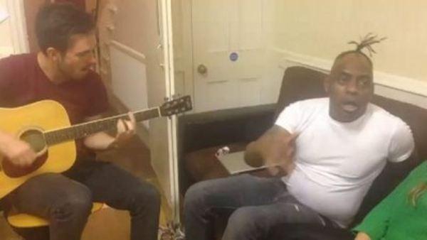 Знаменитый рэпер Coolio поет Gangsta's Paradise вживую на домашней тусовке.
