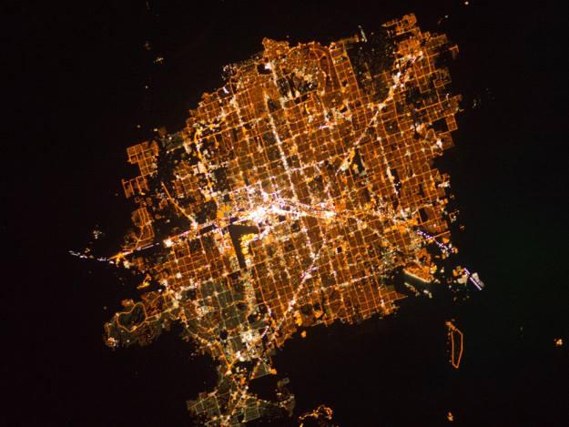 Космонавты МКС представили фотографии ночных городов с борта станции.