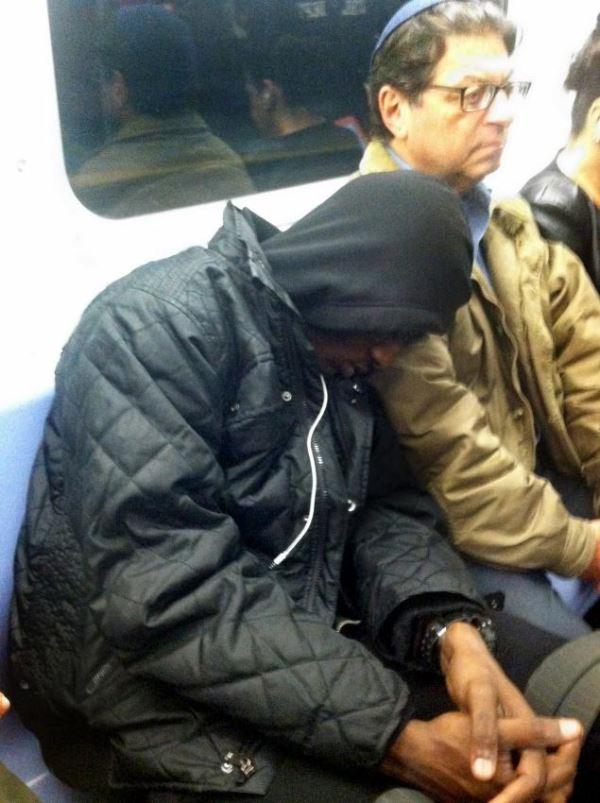 Фотография, которая взорвала весь интернет — черный парень спит на плече у еврея.