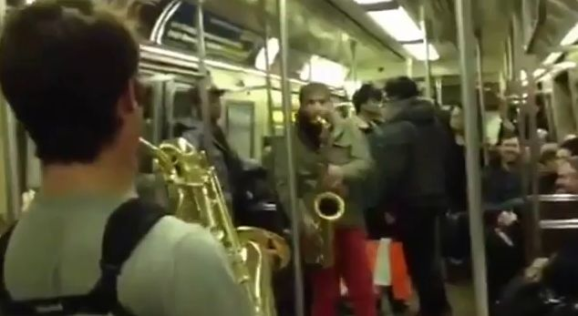 Смертельная битва саксофонистов в метро Нью-Йорка