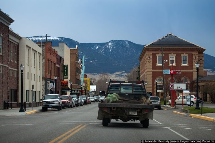 Путешестрие в городок «Ливинстоун» США. Как живут там люди и как относятся к другим.