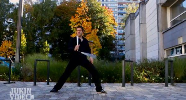 Настоящий современный ниндзя. Как он умеет нунчаками махать. Видео.