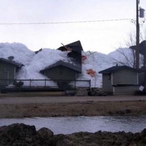 Ледяное цунами высотой в 9 м почти разрушило канадский городок Манитоба. Видео