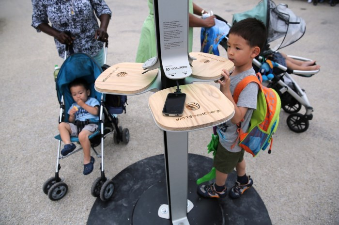 В Нью-Йорке появились бесплатные станции для зарядки мобильных телефонов