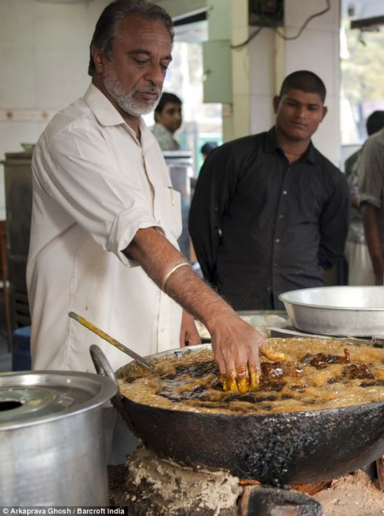 Шеф-повар стал знаменитостью, после того, как научился опускать руку в кипящее масло. ФОТО+ВИДЕО