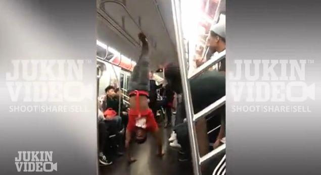 Танцы в вагоне метро Нью-Йорка.