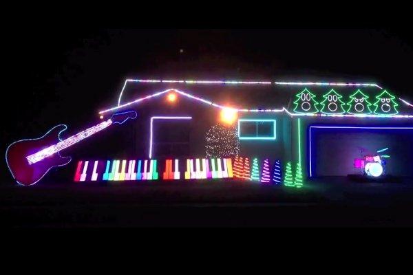 Музыкальный директор устроил на фасаде своего дома рождественское шоу с поющими елками, сразив сотню байкеров (ВИДЕО)