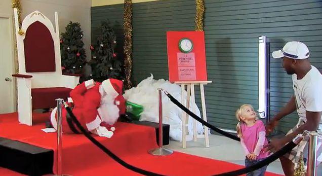 Рождественские приколы. Санта Клаусы не поделили территорию.