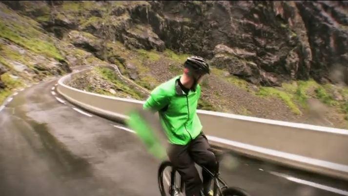 В Норвегии велосипедист-экстремал съехал задом наперед с горного серпантина. (ВИДЕО)
