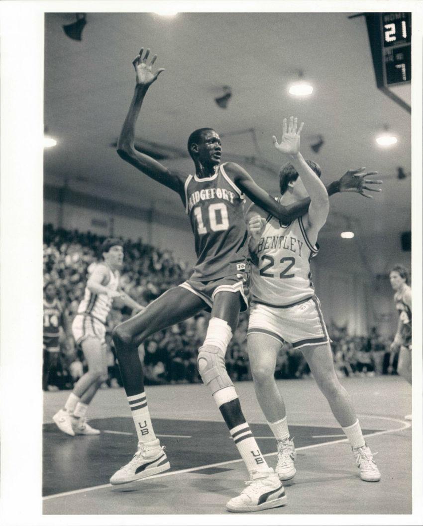 Мануте Бол — самый высокий в мире баскетболист