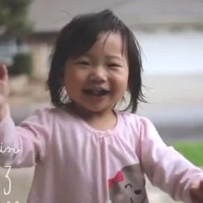 Маленькая девочка впервые увидела и решила познакомится с дождем. Видео
