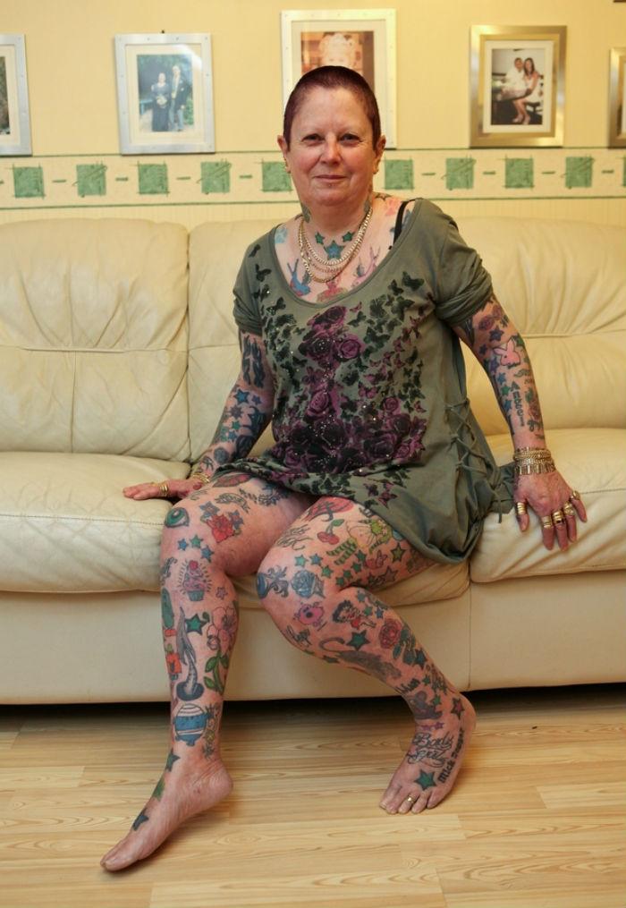 Татуированная супер бабушка Шейла Джонс