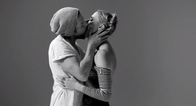 Реакция на поцелуи 20 незнакомых друг другу людей. (Видео)