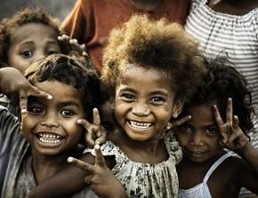 Африканские дети танцуют на улице
