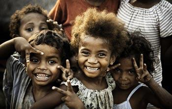 Африканские дети танцуют на улице. Посмотрите, что происходит дальше.