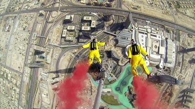 Бейс джамп-прыжок с самого большого небоскреба «Бурдж-Халиф» в Дубае.