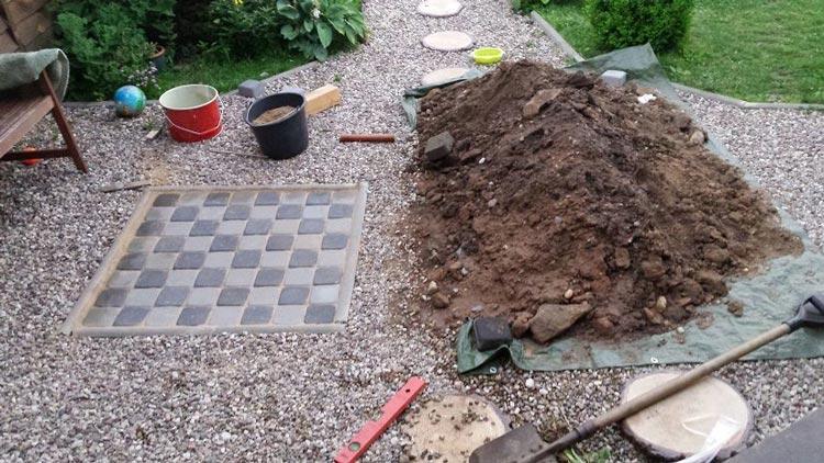 Развлечения на даче: брутальная доска для шашек в твоем саду.