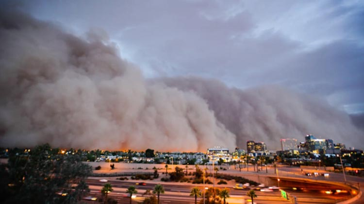 Как надвигается гигантская песчаная буря.