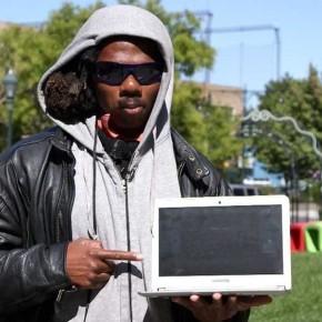 Выбрать знания или деньги: бездомный чувак выбрал знания.