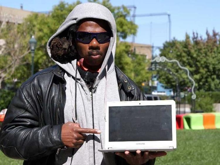 Выбрать знания или деньги: бездомный чувак выбрал знания