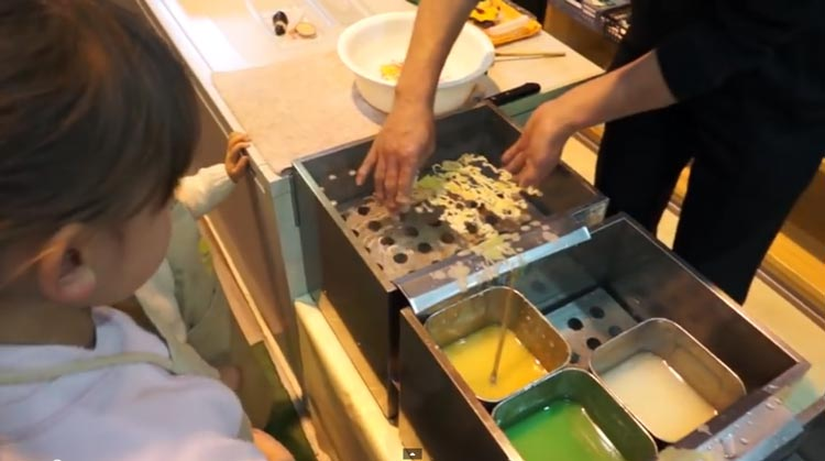 Приготовление примеров японских блюд превратили в магическое шоу.