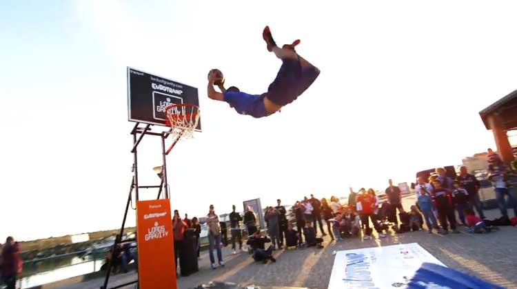 «Повелители гравитации» : Крутое видео баскетбольных трюков.
