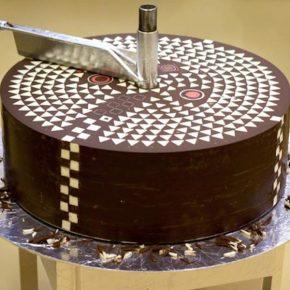 100 килограммовый шоколадный торт, сделанный полностью из шоколада.