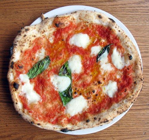 Как быстро приготовить пиццу «Маргарита».