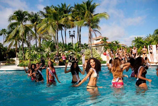 """Сногсшибательные участницы конкурса красоты """"Мисс Вселенная 2015"""" в купальниках бикини."""