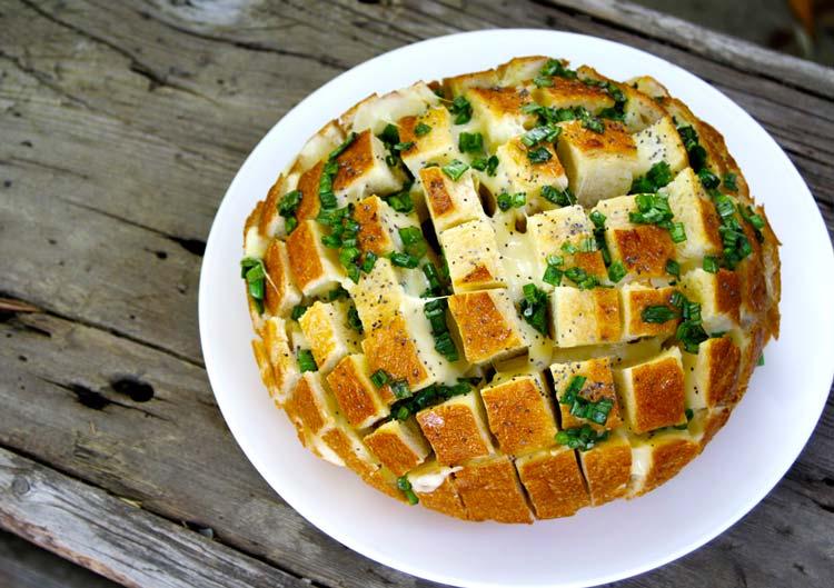 Перекус по-мужски: брутальная булка с луком и сыром.
