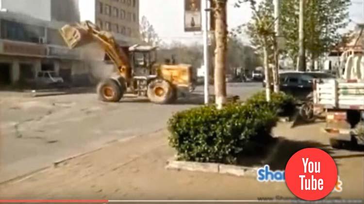 Китайский хардкор: как китайские строители устроили файтинг на бульдозерах.