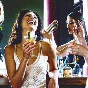 Ученые наконец выяснили, над юмором каких мужчин смеются девушки.