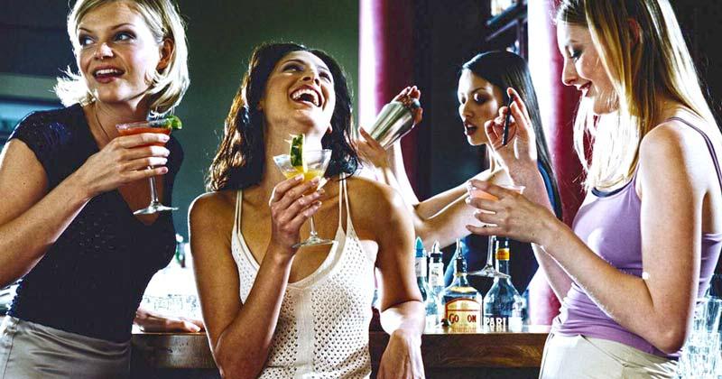 Ученые наконец выяснили, над юмором каких мужчин чаще всего смеются девушки.
