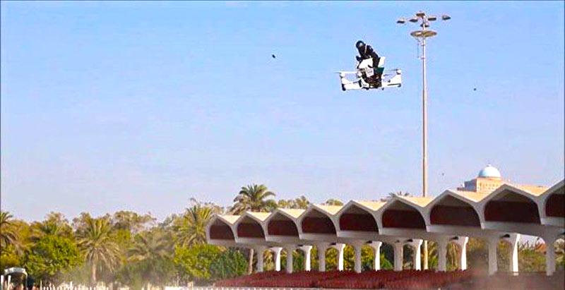 Это нужно видеть: дубайcкие копы на летающих мотоциклах [Видео]