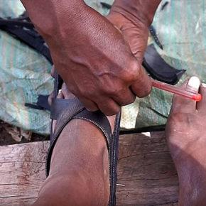 Видео недели про то, как африканцы делают обувь своими руками